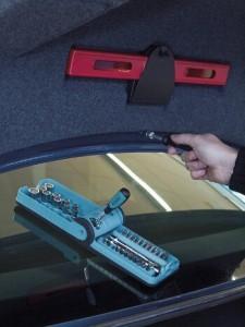 38-teiliger Hazet Steckschlüsselsatz No. 856-1 im Smart Case bei einer Arbeit am Autokofferraum.