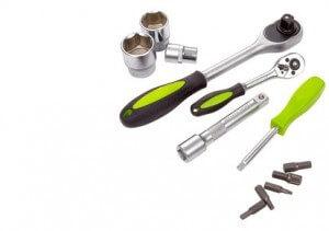 Werkzeug wie Knarre, Stecknuss und Bits, welches zur Ausstattung eines Knarrenkastens gehört